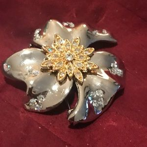 Jewelry - Vintage brooch with crystals